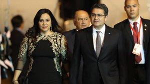 Fotografia de archivo fechada el 30 de junio de 2019 que muestra al presidente de Honduras, Juan Orlando Hernández, acompanado de su mujer,Ana García Carias.