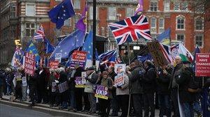 Partidarios y contrarios al brexit ante el Parlamento europeo.