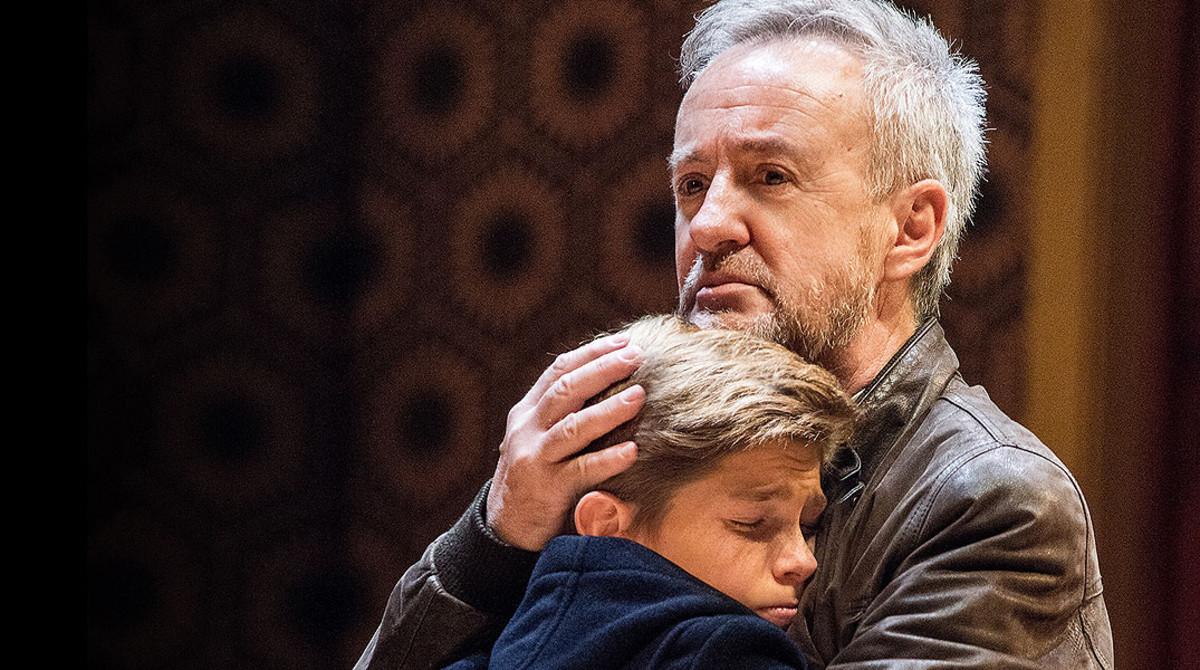 Pau Gimeno y Carlos Hipólito, en un emotovo momento de Billy Elliot.