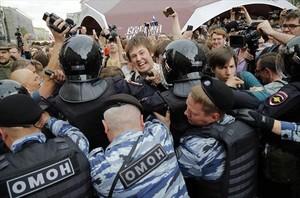 La policía carga contra los manifestantes en Moscú, ayer.