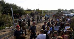 Policies hongaresos formen una barrera humana per tallar el flux de refugiats des de Sèrbia.