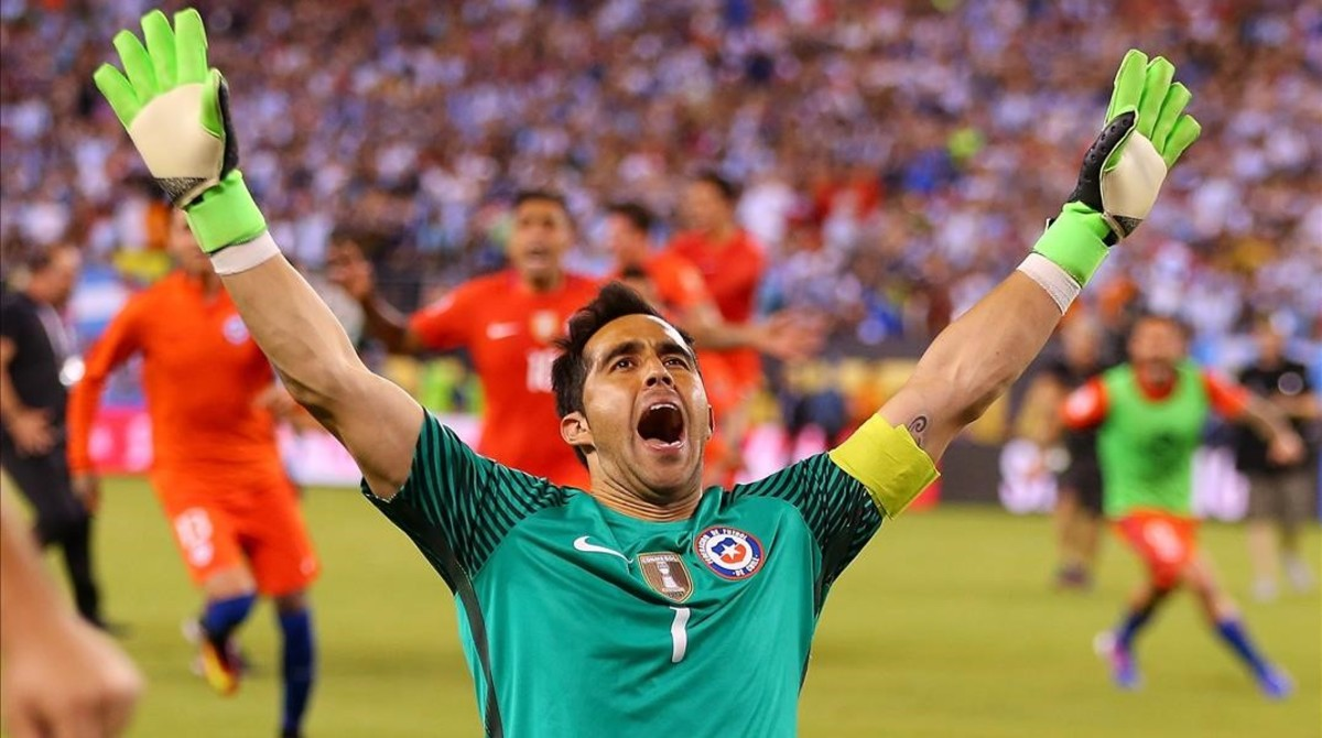 El portero chileno Claudio Bravo celebra el triunfo de su selección tras derrotar a Argentina en la final de la Copa América 2016