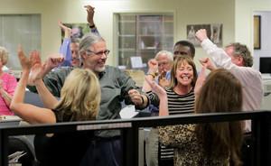 La plantilla del diari The Post and Courier celebra el premi Pulitzer obtingut.