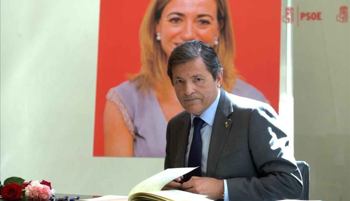 El presidente de la gestora del PSOE, Javier Fernández, firma en el libro de condolencias por Carme Chacón.