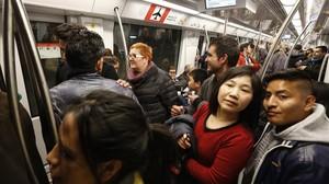 Primeros viajeros tras la inauguración oficial del nuevo tramo de metro de la L-9.