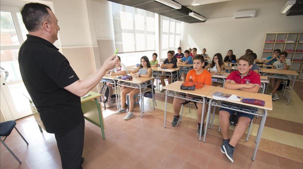 Un profesor imparte clase en un instituto.