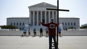 Protesta frente al Tribunal Supremo, donde este miércoles se votaban dos fallos con connotaciones religiosas.
