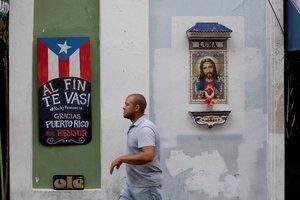 Un cartel en las calles de Puerto Rico celebra la renuncia del gobernador.