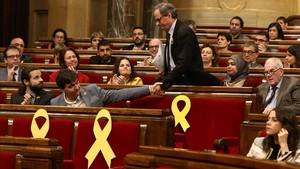 Quim Torra saluda a Sergi Sabrià durante una sesión del Parlament.