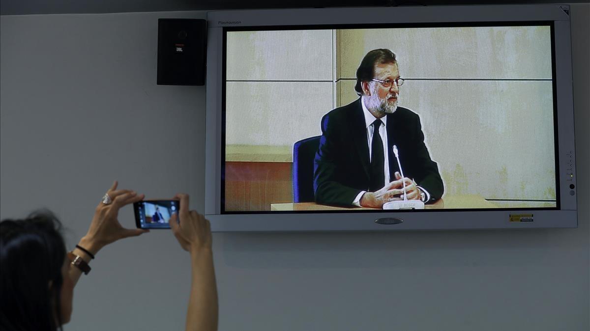 Imagen del monitor de la sala de prensa de la Audiencia Nacional de San Fernando de Henares del presidente del Gobierno.