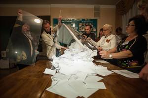 Recuento de papeletas en un colegio electoral de Donetsk, anoche.