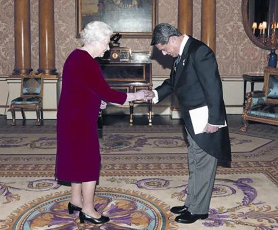 La reina Isabel II recibe a Trillo en el palacio de Buckingham el 23 de octubre del 2012.