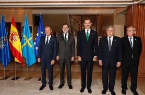 El Rey posa junto a Rajoy, Tusk, Tajani y Juncker