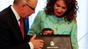La ministra de Hacienda, María Jesús Montero, en el momento en que recibió la cartera ministerial de su antecesor, Cristóbal Montoro, en junio del 2018.