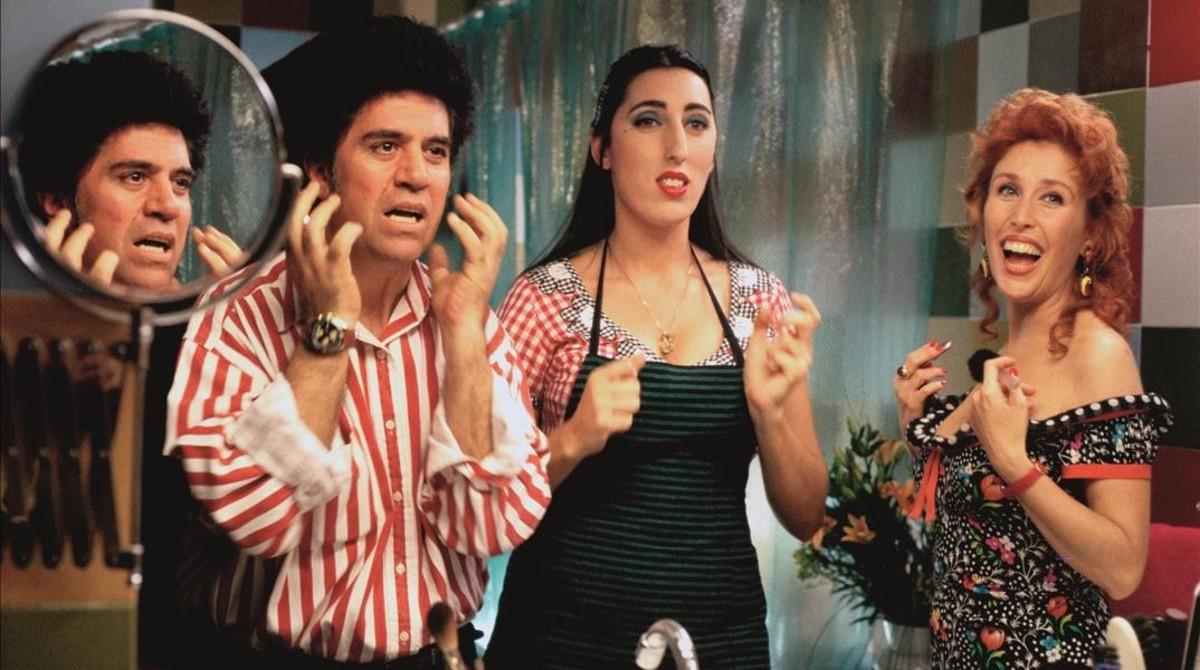 Rossy de Palma y Verónica Forqué, junto a Almodóvar, en el rodaje de Kika.
