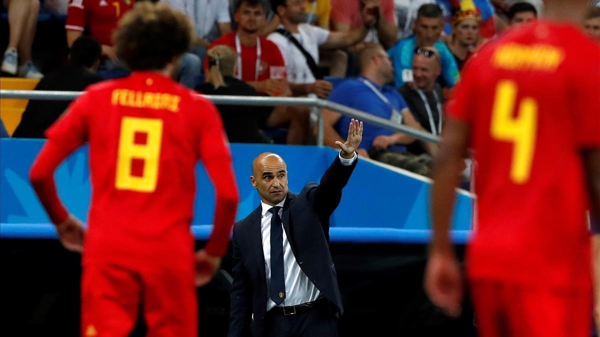 Robert Martínez da instrucciones con Fellaini y Kompany en primer plano.