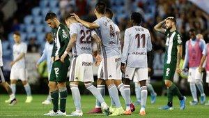 Los jugadores del Celta celebran el tanto del empate ante la desesperación de Calleri y Pipa.