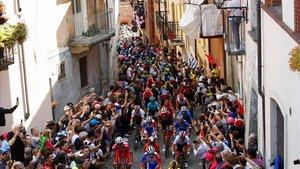 El público, en las cuesta se la ciudad de Pinerolo, donde acabó la 12ª etapa, anima al pelotón del Giro.