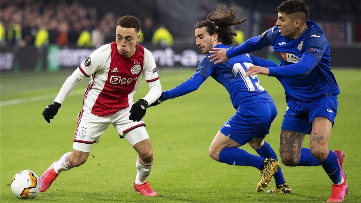 Sergiño Dest se enfrenta a Cucurella, en el Ajax-Getafe de la pasada edición de la Europa League.