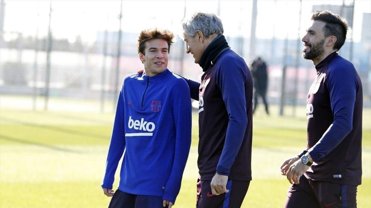Setién, con Riqui Puig, en el primer entrenamiento del cántabro con el Barça.