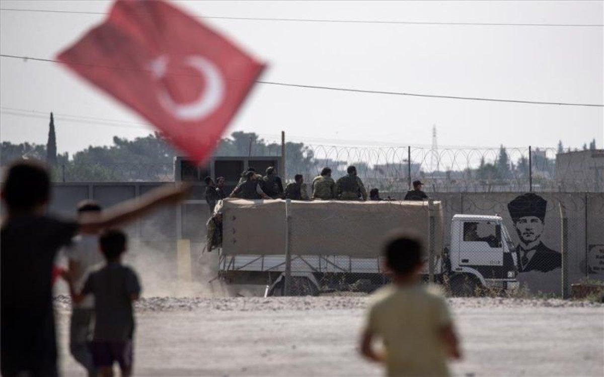 Niños sostienen la bandera de Turquía en el norte de Siria.