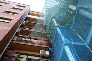 El nuevo edificio, todavía en construcción, a tan solo 40 centímetros de los balcones del bloque de calle Pare Manyanet 31.