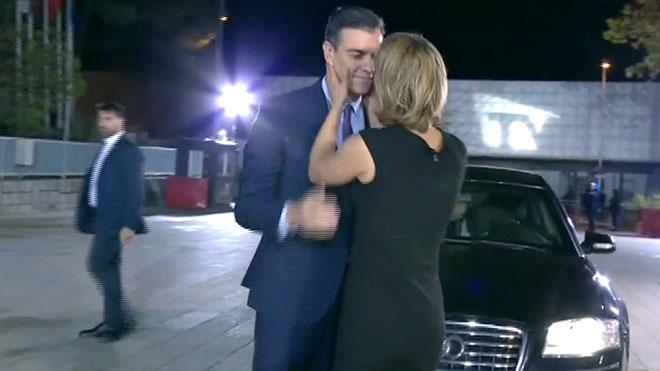 María Casado, recibiendo a Pedro Sánchez.