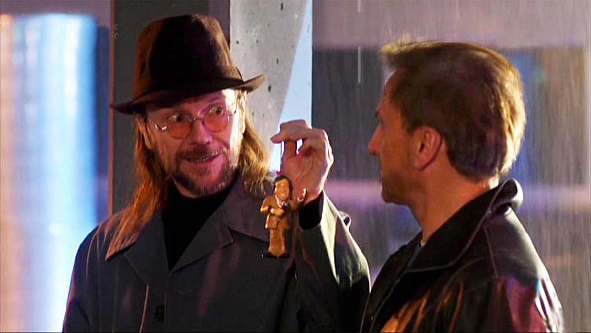 Santiago Segura, vendiendo la figurita de El Fary, en Bienvenido Mister Wan-Da (TVE-1).