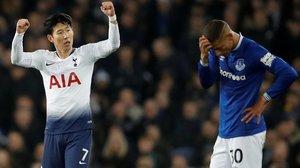 Son Heung-Min (Tottenham) celebra su primer gol ante el pesar de Richarlison (Everton).