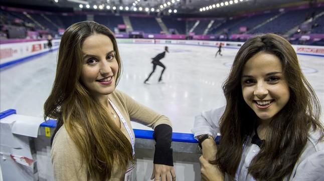Sonia Lafuente y Sara Hurtado, ante la pista de la final del Grand Prix en Barcelona.