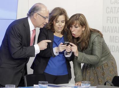 Soraya Sáenz de Santamaría (centre) mostra una fotografia del seu fill a Alícia Sánchez-Camacho (dreta) i a Cristóbal Montoro. aquest dilluns.