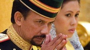 El sultán de Brunei junto a su mujer, la reina.