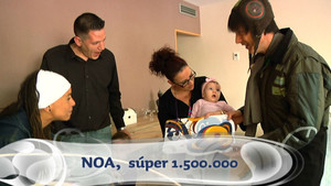 Pau y Pati Pla entreganel carné a la pequeña Noa, la 'súper' número 1.500.000 del 'Club Super 3'.