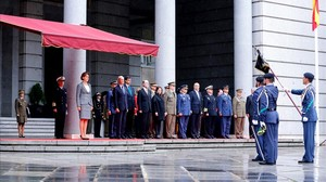 Toma de posesión de Dolores de Cospedal, a la que han acudido seis ministros y prácticamente la cúpula del PP al completo.