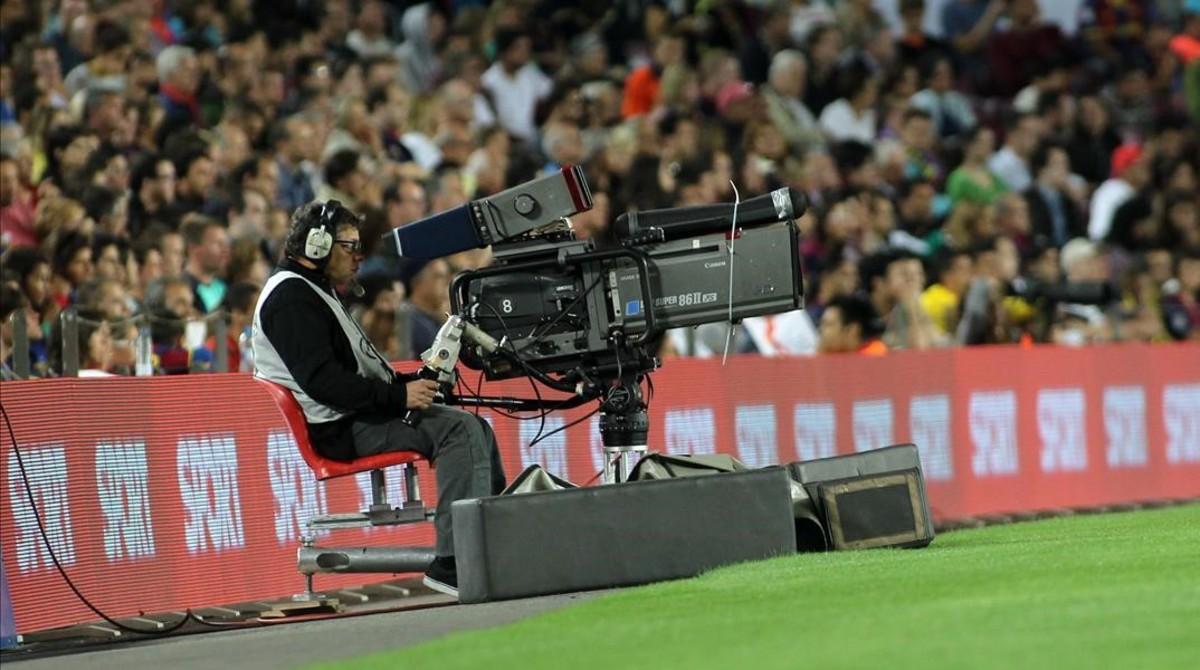 Cámara de televisión durante la retransmisión de un partido de fútbol.