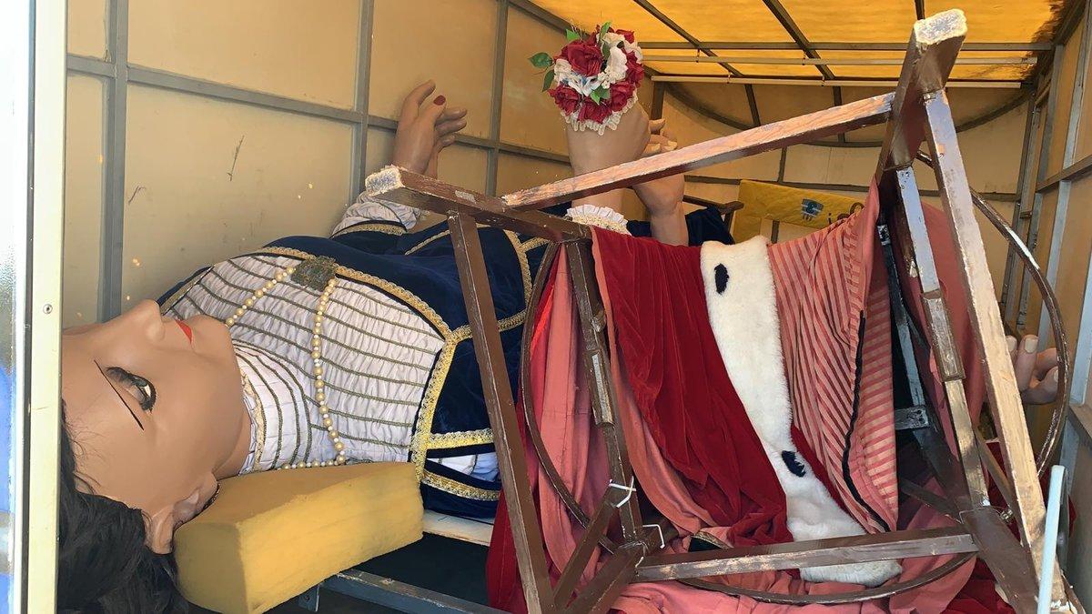 La Teresa y el Salvador, los gigantes de El Vendrell recuperados dentro de su remolque en una carretera de Castellón.