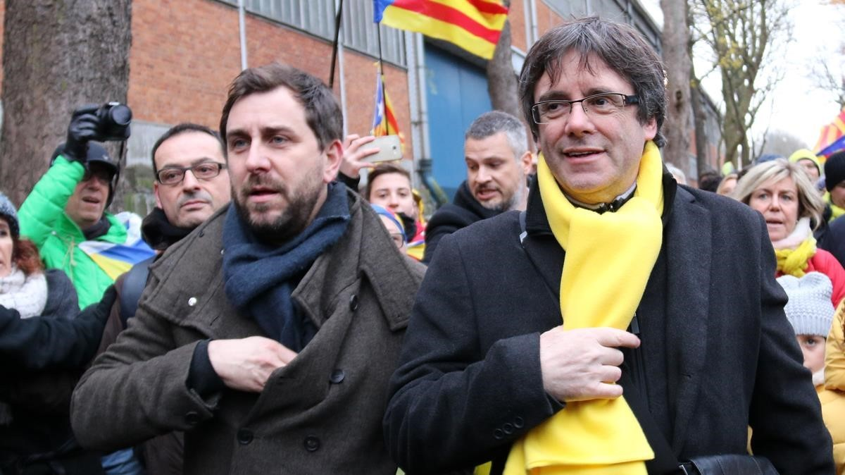 Toni Comín y Carles Puigdemont, en una manifestación en Bruselas.