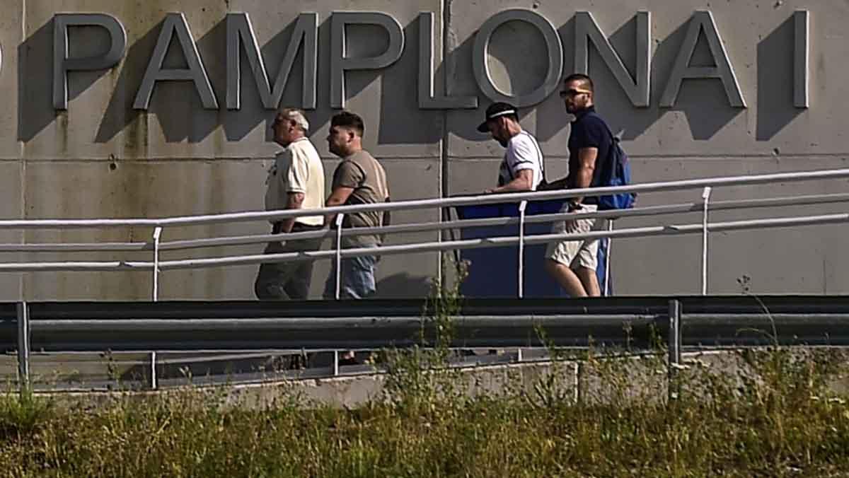 Los tres integrantes de La Manada salen de la carcel de Pamplona.