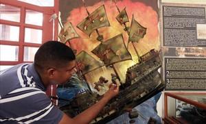 Un turista observa una réplica del galeón español San José en Cartagena de Indias.