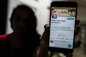 En su biografía en Twitter, Díaz-Canel se dice comprometido con las ideas martianas (del héroe nacional José Martí) de Fidel y de Raúl.