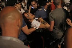 Una chica herida en la estampida de la plaza de San Carlo de Turín.