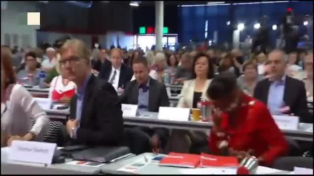 Una diputada alemana recibe un tartazo tras proponer una limitación al número de refugiados a acoger en Alemania.