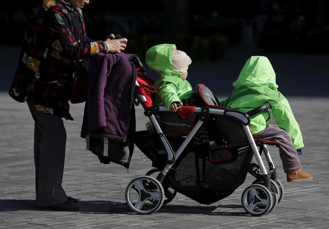 Una mujer con dos niños en Pékin, China.