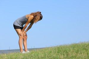 Una mujer descansa tras hacer deporte.