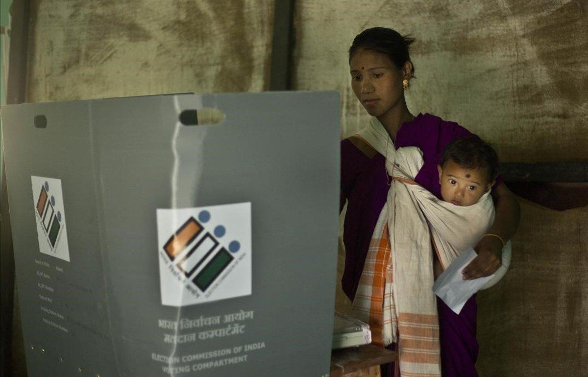 Una mujer india vota en el estado de Majuli Assam (India).