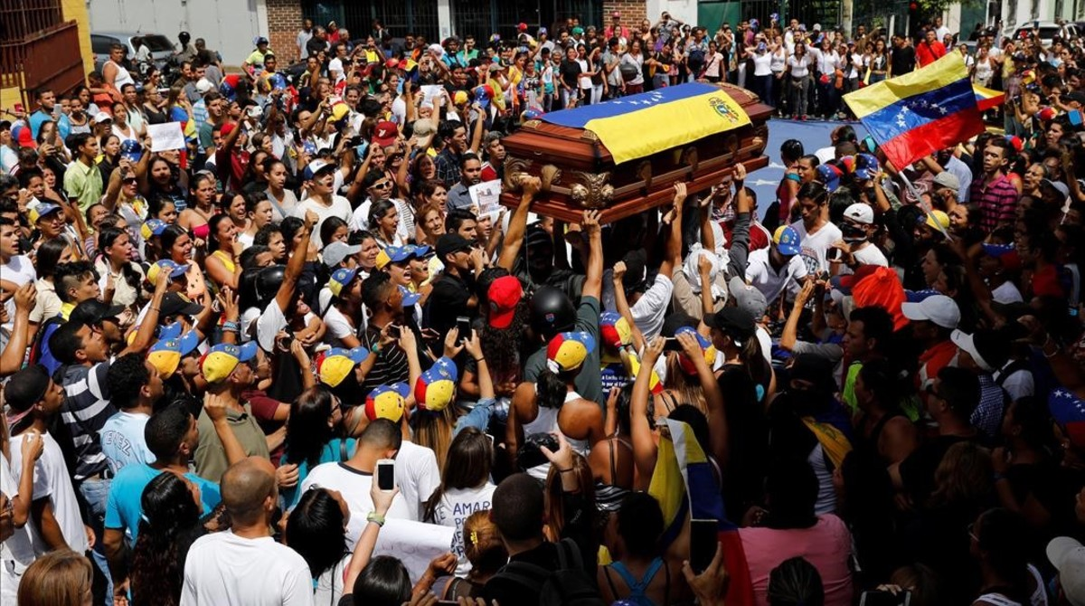 Una multitud de personas acompañan el féretro de Neomar Lander, que murió en una protesta contra Maduro, durante el funeral en Guarenas (Venezuela), el 9 de junio.