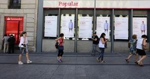 Una oficina del Banco Popular, junto a otra del Santander, en junio del año pasado en Madrid.