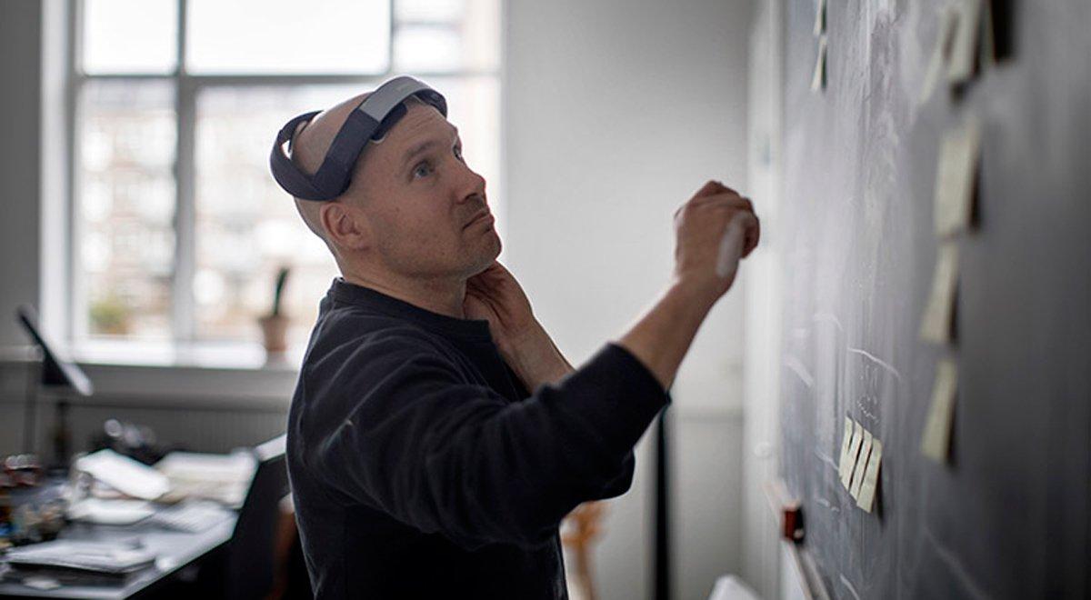 Una persona utiliza el 'braineable' PlatoWork para mejorar su creatividad.