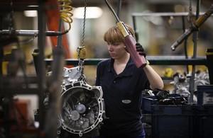 Una trabajadora en la cadena de montaje de Ford en Almussafes (Valencia).
