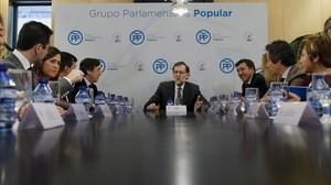 El líder del PP, Mariano Rajoy, en una reunión del grupo parlamentario popular a la que asiste (a su derecha) el secretario general, José Antonio Bermúdez de Castro.